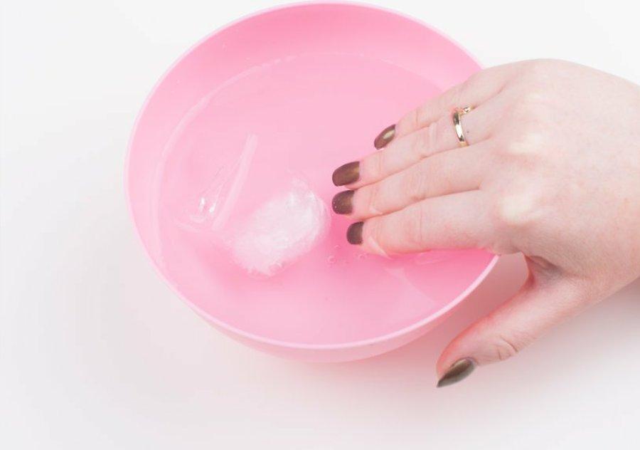 گذاشتن ناخن ها در آب یخ