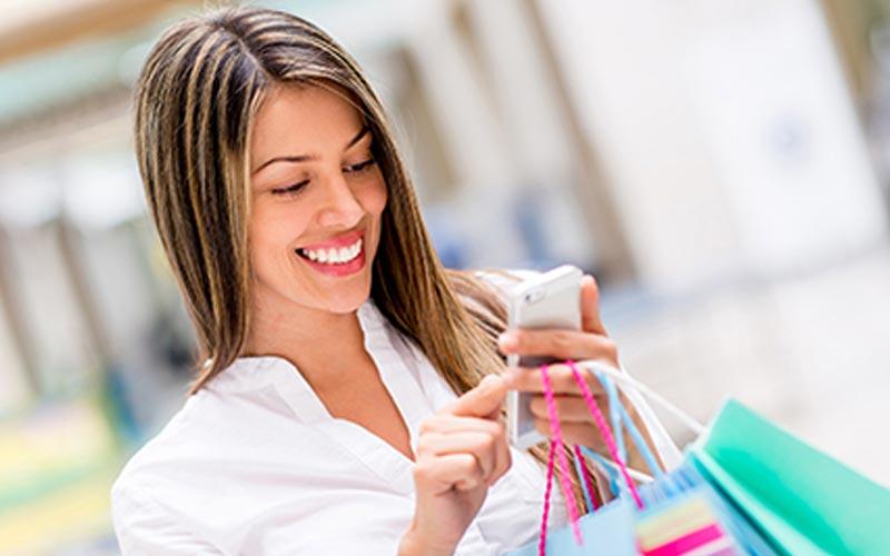 استفاده از گوشی هنگام خرید لوازم آرایشی