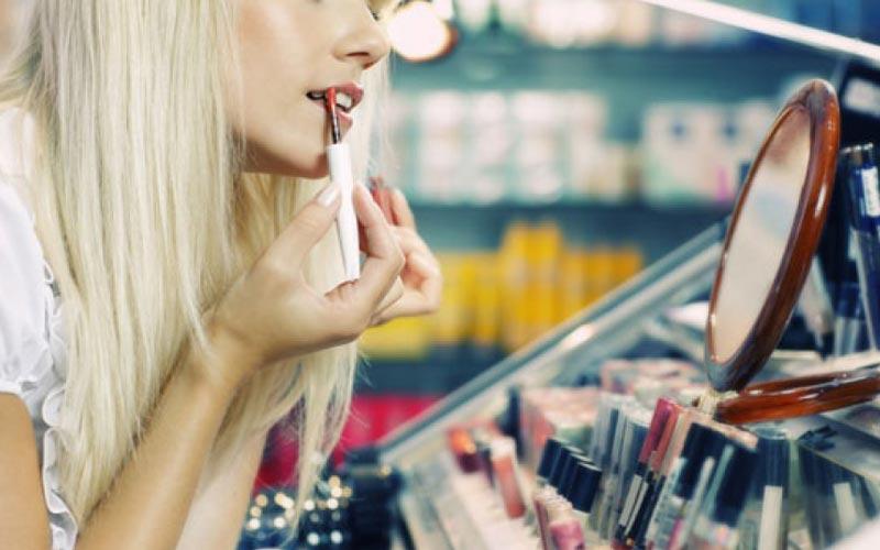 تست محصولات آرایشی در فروشگاه