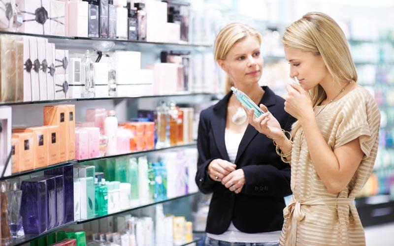 همراهی یک دوست در خرید لوازم آرایشی