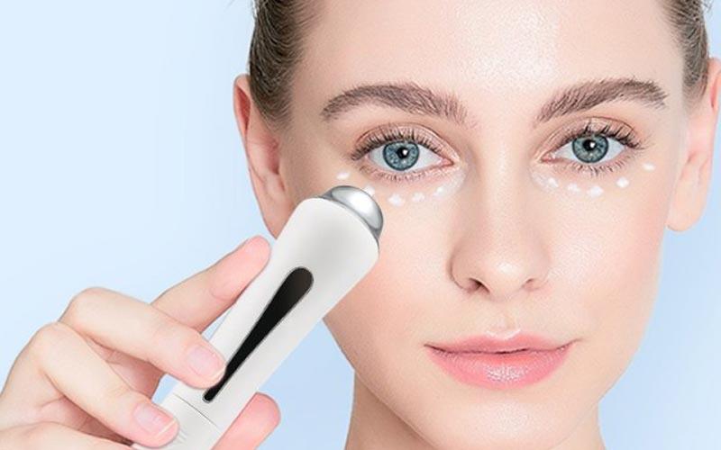 استفاده از ماساژور چشم برای رفع تیرگی زیر چشم