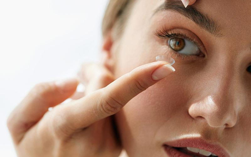 گذاشتن لنز در چشم