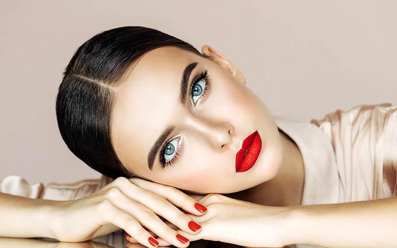 آرایش کلاسیک با رژ قرمز
