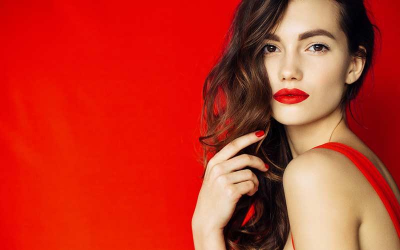 آرایش ساده با رژ قرمز
