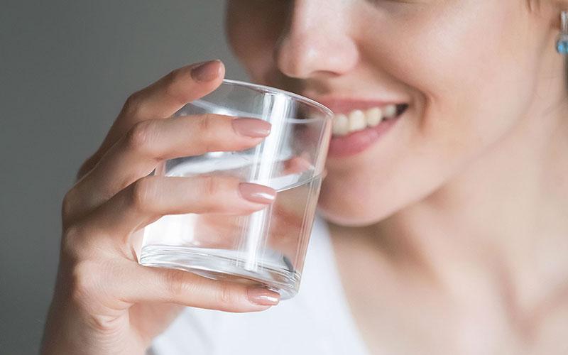 نوشیدن آب برای از بین بردن خط خنده