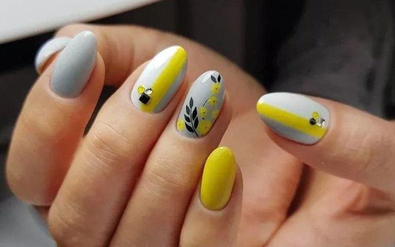 طراحی ناخن با نگین و لاک زرد و طوسی