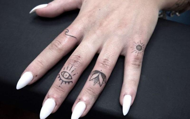طرح تتو زنانه روی انگشتان دست