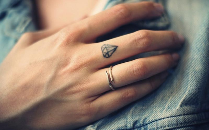طرح تاتو روی انگشت وسط