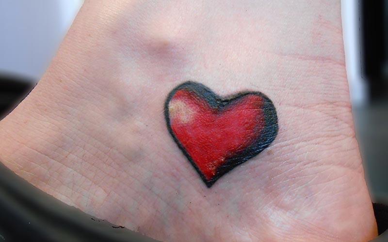 تاتو قلب قرمز و مشکی