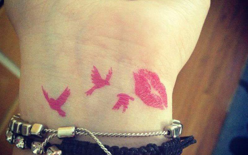 تاتو لب صورتی و پرنده