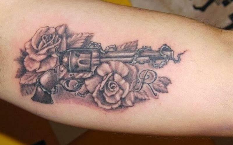 تاتو گل رز و تفنگ