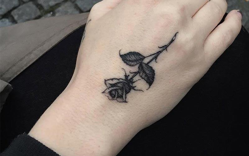 تاتو گل رز مشکی روی دست