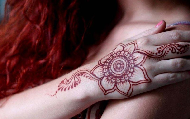 طرح گل روی دست با حنا قرمز