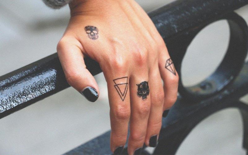 تاتو روی انگشت دست بسیار زیبا