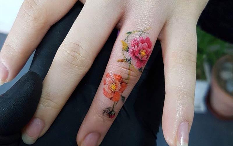 تاتو گل روی انگشت