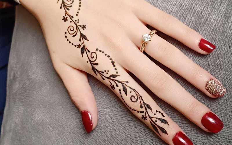 طرح حنا گل روی یک انگشت