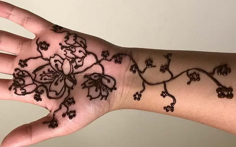 نقش گل های زیبا با حنا