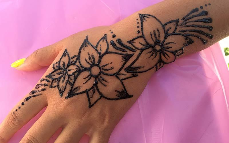 طرح گل زیبا با حنا