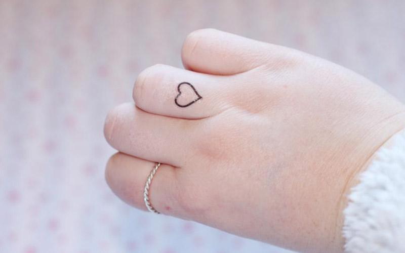 نقش حنای کوچک روی انگشت