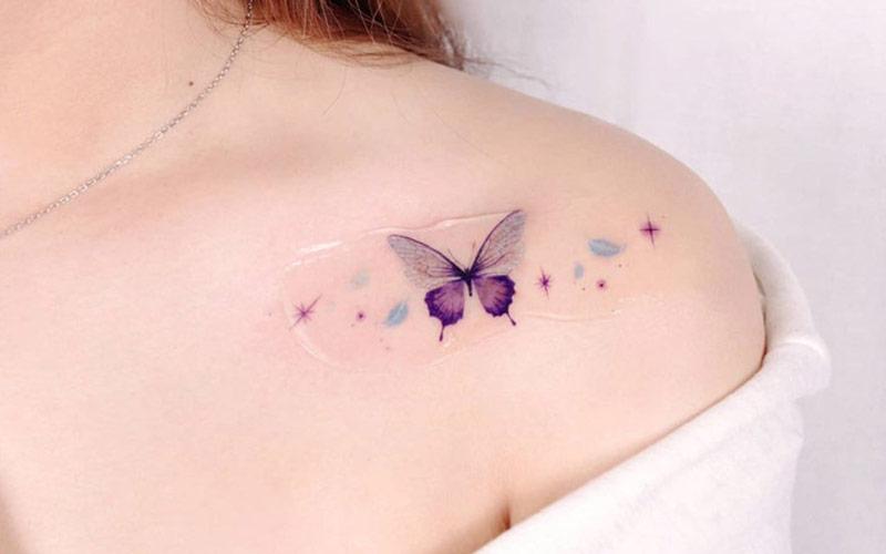 طرح تاتو پروانه رنگی روی شانه
