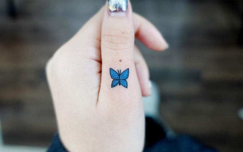 تاتو پروانه روی انگشت
