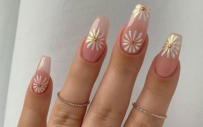 طرح ساده گل روی ناخن شفاف