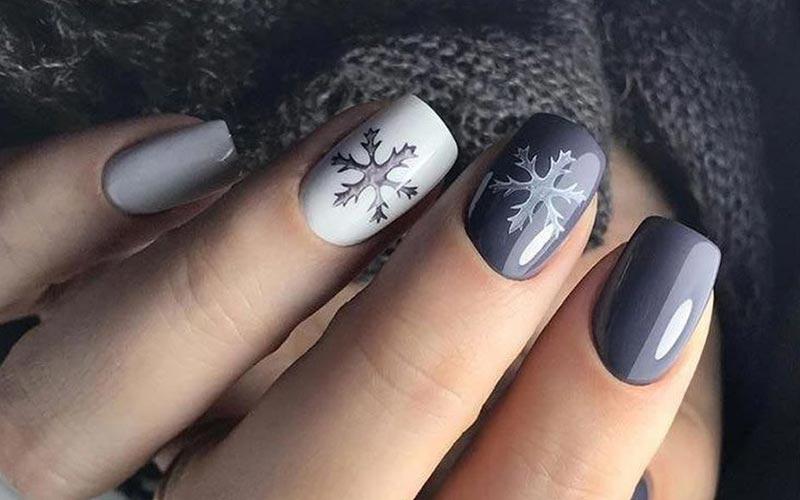 طرح ناخن زمستانی طوسی سفید