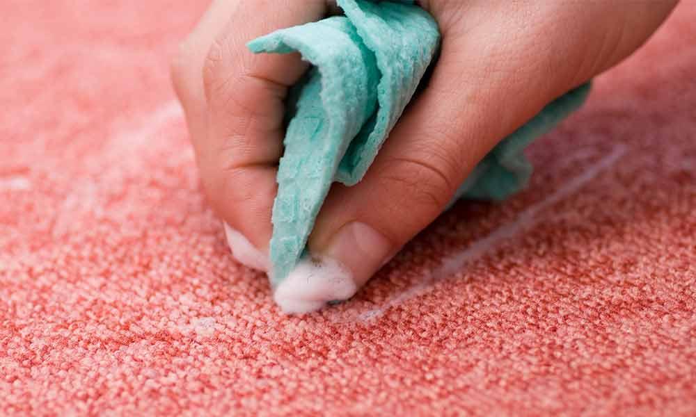 پاک کردن لکه لوازم آرایش از روی موکت
