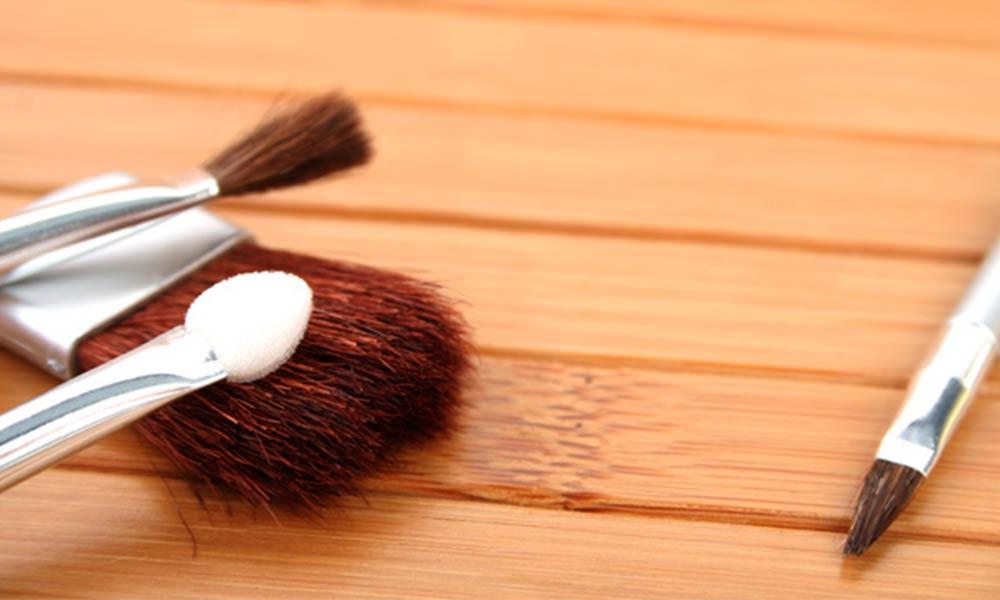 پاک کردن لکه لوازم آرایش از روی چوب