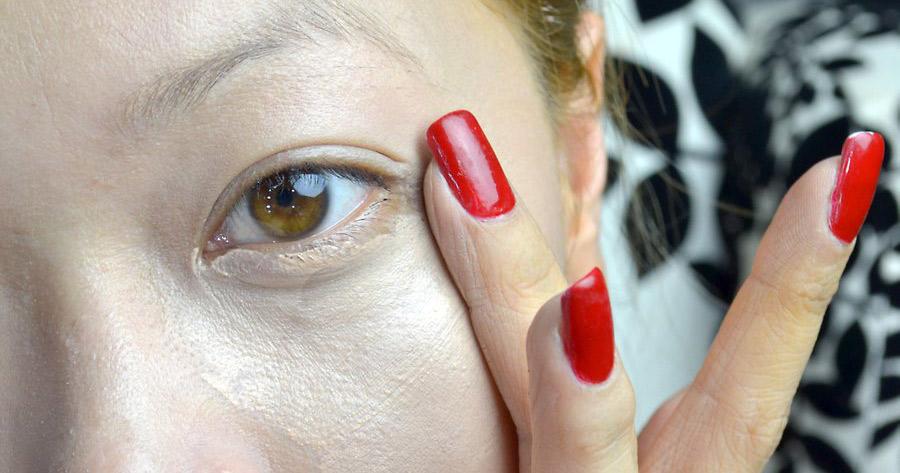 زمانی که فوندانسیون را در اطراف ناحیه چشم اعمال می کنید مراقب باشید: