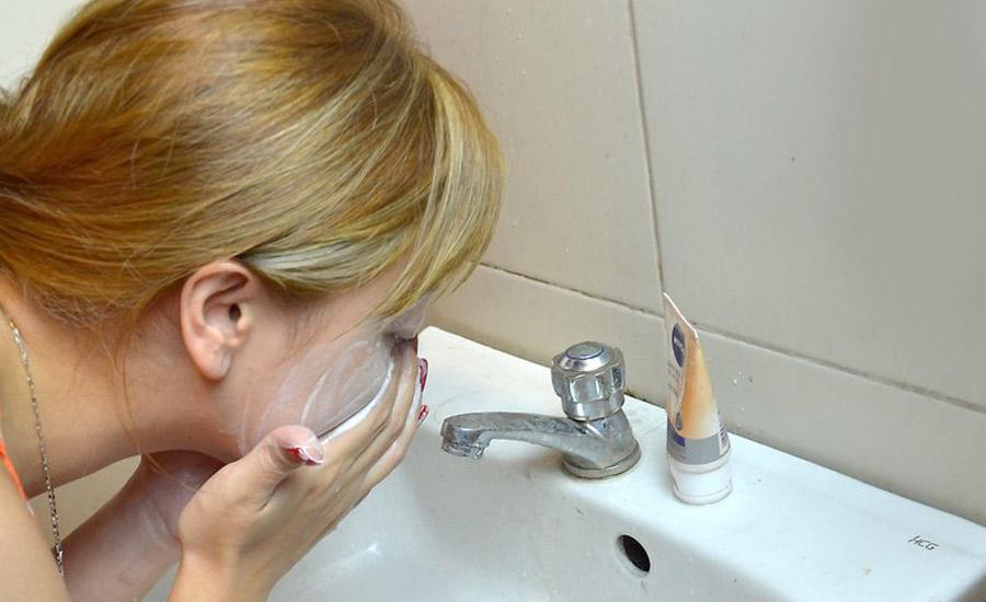 شوینده صورت را به کمک انگشتان دست روی کل صورت اعمال کنید