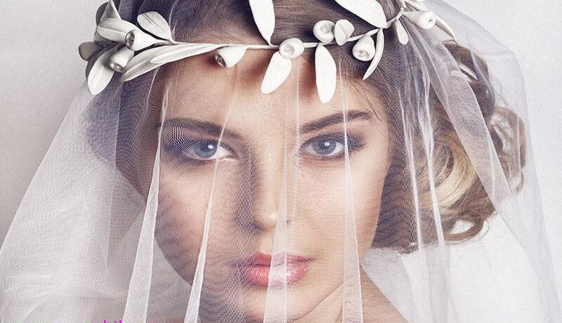 انداختن پارچه روی صورت هنگام پوشیدن لباس