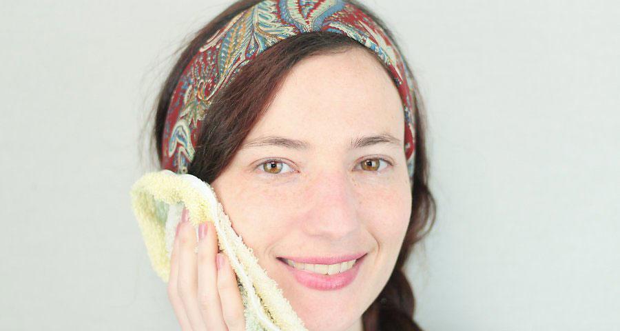 در ابتدا صورت خود را بشویید و مرطوب نمایید