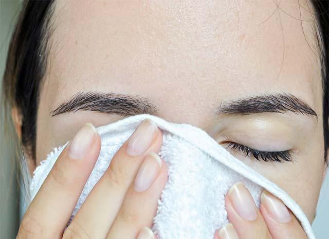 شستن صورت قبل از کشیدن خط چشم