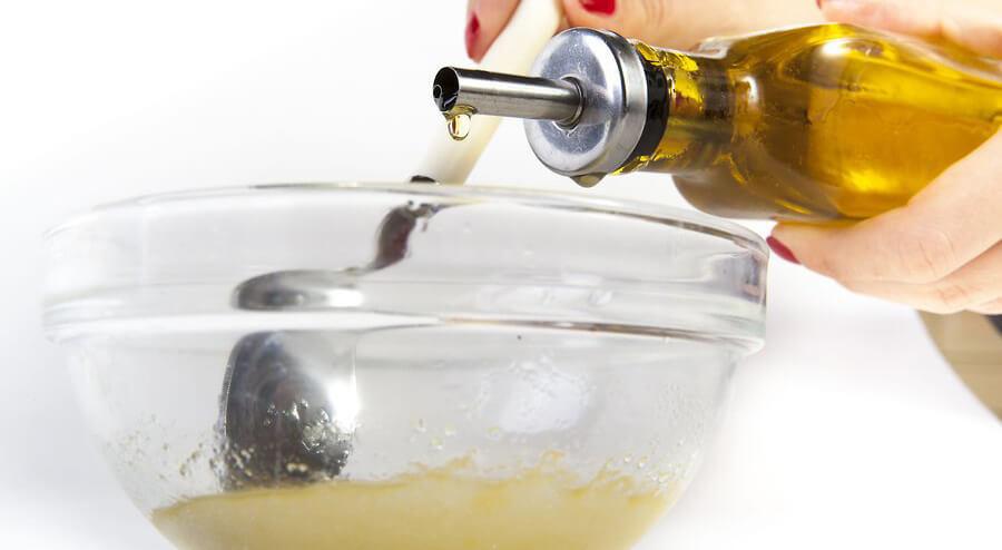 اگر نیاز بود برای رسیدن به حالت کرمی عسل یا روغن بیشتری اضافه کنید